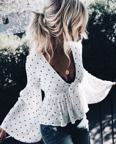 Polka dot top with wide sleeve. Elegant and casual at the same time. Save it for later!