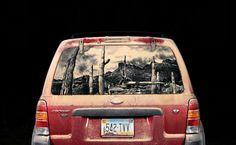 Artista americano utiliza poeira em carros para criar obras de arte