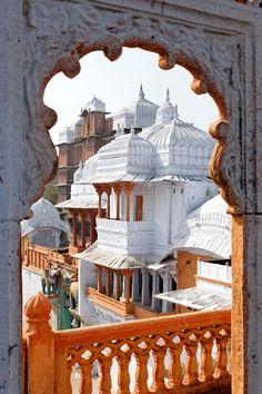 Uitzicht vanuit een raam in India.