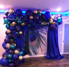 Ein Pfau-Thema Ballongirlande … - Ente And Gans Backdrop Decorations, Ceremony Decorations, Birthday Decorations, Backdrops, Peacock Wedding Centerpieces, Peacock Themed Wedding, Peacock Wedding Dresses, Balloon Garland, Balloons