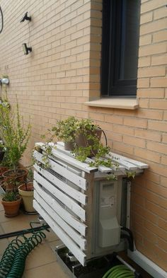 ocultar aire acondicionado Ac Cover, Outdoor Patio Designs, Window Air Conditioner, Kitchen Cabinet Styles, Balcony Garden, Home Hacks, Home Projects, Sweet Home, New Homes