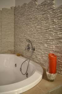Parete bagno in rivestimento pietra ricostruita petra by - Bagno in pietra ricostruita ...
