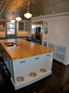 love the dog bowls! dream kitchen and with dog bowls (as if there will ever be dogs in the next house)! Eclectic Kitchen, New Kitchen, Awesome Kitchen, Kitchen Interior, Design Kitchen, Smart Kitchen, Organized Kitchen, Kitchen Ideas, Kitchen Decor