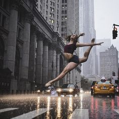 A few months ago we featured Omar Roble's amazing photographs of ballet dancers on the streets of Cuba. Well now he's back with another mesmerizing collection of famous dancers performing on the streets of New York City. Dance Photography Poses, Dance Poses, Portrait Photography, Rue New York, Dance Photo Shoot, Famous Dancers, Dance Like No One Is Watching, Dance Movement, Street Dance