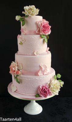 Bruidstaart met verschillende roze rozen.