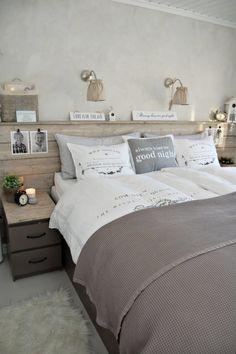 Zdjęcie:  szaro-biała sypialnia z detalami z naturalnego szczotkowanego drewna