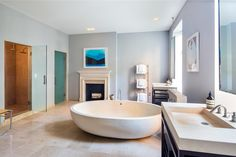 That tub — what NYC real-estate dreams are made of.