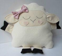 Naninha ou almofada em formato de ovelhinha, em tecido carapinha, super macia.  Enchimento em fibra siliconada.  Tamanho aprox. 30 cm x 27 cm (corpinho)