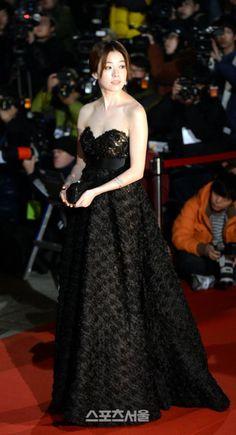 22日、ソウル慶煕(キョンヒ)大学平和の殿堂で「第34回青龍映画賞」の授賞式が開催された。写真は女優のハン・ヒョジュ
