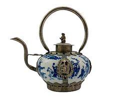 Tetera de cerámica y metal con asa rígida - blanco y azul