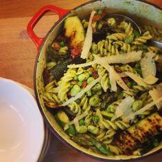 Primavera pesto pasta Pesto Pasta, Pasta Salad, Fast And Furious, Family Meals, Ethnic Recipes, Food, Crab Pasta Salad, Pasta Al Pesto, Essen