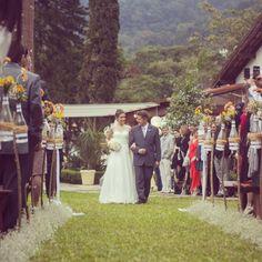 Casamento ao ar livre é muito amor. Usamos chuva de prata e estacas de madeira com garrafas rendadas e flores para o caminho da noiva até o altar. O cenário verde é coisa maravilhosa da natureza  ohlindeza.com #ohlindeza #conceptwedding #wedding #casamento #weddingdecor #decoracaodecasamento #casamentoaoarlivre #casamentonojardim #bride #bridal #altar #cerimonia #ceremony #weddingdress #noiva #vestidodenoiva #chuvadeprata #caminhodanoiva