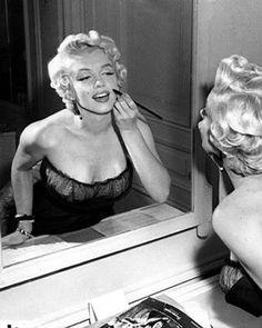How fun! Pin up girl hair tutorials - Marilyn Monroe looking stunning as ever! Cabelo Pin Up, Peinados Pin Up, Pin Up Girls, Vintage Hairstyles, Girl Hairstyles, 1950s Hairstyles, Wedding Hairstyles, Maquillage Marilyn Monroe, Fotos Marilyn Monroe