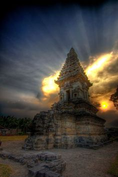 Volcanic sunset behind Candi Jawi temple in Pandaan, East Java,_暮光之城 - 美丽鸟