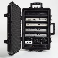 Travel case B&W Type 6500 for 2x Roland TB-03, 2x TR-09 and 1x TR-08 with cables, USB hub and accessories (Decksaver Roland Boutique dust covers).