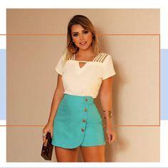 Começando o sábado com muito estilo e apostando bastante nesse MIX de Cores a cara do verão ❤️〰️ Girls In Mini Skirts, Looks Plus Size, Casual Wear, Short Dresses, Glamour, My Style, Womens Fashion, How To Wear, Fashion Design