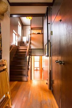 1階のスタジオと中2階のリビングダイニング、2階のベッドルームをつなぐ廊下。スキップフロアのような構造。
