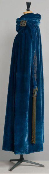 Madeleine VIONNET (attribué à) Haute couture, circa 1920. Vintage sapphire tasseled velvet cloak