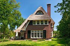 Prachtige villa met rond dakkapel, stenen schoorsteen te Huizen