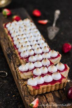 Erdbeer-Käsekuchen-Tarte mit Baiser Vegan Cheesecake, Cheesecake Recipes, Atkins Snacks, German Baking, Brownie Cake, Brownies, Galette, Cake Cookies, No Bake Cake