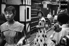taishou-kun:Marc Riboud Women in traditional and westerners clothes, Tokyo, Japan - 1958 Marc Riboud, Photo Japon, Japan Photo, Photo Vintage, Vintage Photos, Geisha, Vintage Photography, Street Photography, Fotojournalismus