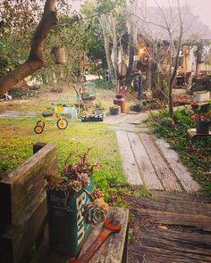 今日は暖かい1日でした。 午後から庭に出てゴソゴソと。 春に向けて・・・多肉の寄せ植えを作りました。picは可愛くモコモコしてきたらupしようかな♪ 明日も天気が良さそうなので 庭時間を楽しみたいで〜す! このpicは自宅側から写したものです。 #ナチュラルガーデン #ジャンクガーデン #マイガーデン #錆び錆び #多肉植物 #サビサビ #ガーデニング #枕木のアプローチ#小屋#多肉の寄せ植え#古道具 #古い三輪車#鳥籠#枕木#錆び錆びスパナ