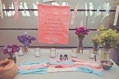 Geen boek maar lintjes: losse repen stof waar gasten een mooie wens op kunnen schrijven (met textielstift) en die ze vervolgens aan een waslijn kunnen hangen. Hoef je gelijk geen slingers meer op te hangen!