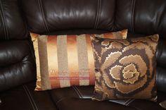 Декоративные подушки на диване в гостиной.