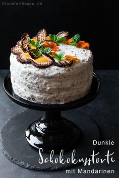 Dunkle Schokokusstorte mit Mandarinen - gebacken aus einem dunklen Biskuit mit einer leckeren Creme aus Schokoküssen. #schokokusstorte #mohrenkopftorte #torte #straciatella #schokoküsse #mandarinen #rezept #lecker #leicht #einfach #schnell Sweet Bakery, Easy Peasy, Good Food, Cupcakes, Favorite Recipes, Sweets, Cookies, Baking, Blitz