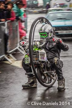 UK MONOWHEEL rider tom anable at carfest north oulton park 2014 Soap Box Derby Cars, Monocycle, Strange Cars, Motorised Bike, Concept Motorcycles, Futuristic Motorcycle, Harley Bikes, Mini Bike, Go Kart
