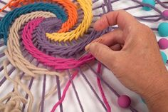 Embroidery Hoop Crafts For Kids Tutorial - Diy Crafts - Marecipe Dream Catcher Mandala, Blue Dream Catcher, Dream Catcher Craft, Weaving Textiles, Weaving Art, Weaving Patterns, Diy Fleur Papier, Dreamcatcher Crochet, String Art Diy