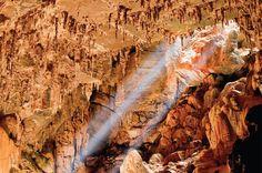 Terra Ronca, em Goiás, Brasil - - As maiores cavernas do país impressionam pela beleza das formações de calcário, pelas dimensões de suas entradas, pelos raios de luz que incidem em claraboias e pelos rios de água potável que as atravessam. Pouco fiscalizado, o Parque Estadual Terra Ronca segue preservado graças à localização remota, em São Domingos, na divisa de Goiás com a Bahia. Calcula- se que tenha 95 cavernas, quatro abertas ao turismo.
