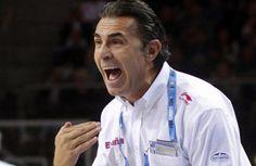 El entrenador de la selección española de baloncesto, el italiano Sergio Scariolo, da órdenes a sus jugadres ante los macedonios en la primera semifinal del Europeo 2011.