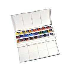 This Winsor & Newton cotman watercolor studio set features 24 watercolor whole pans. This set comes in a plastic box with a mixing palette in the lid, and a second foldout tray for mixing.