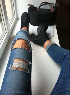 Chaussures crantées et jean à trous