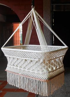 Moises hanging crib, natural white, with manila number macramé, with special decorations of spider on the sides. Hanging from a single point, allows Macrame Art, Macrame Projects, Macrame Knots, Hanging Bassinet, Hanging Crib, Hanging Cradle, Micro Macramé, Pendant Design, Macrame Patterns