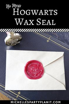 No Mess Hogwarts Wax Seal - Whip It Up Wednesday No mess, no flames and no fuss! This easy Hogwarts wax seal is perfect for any Harry Potter fan! Add these to party invi. Harry Potter Torte, Cumpleaños Harry Potter, Harry Potter Wedding, Harry Potter Proposal, Harry Potter Treats, Harry Potter Halloween Party, Harry Potter Christmas, Harry Potter Invitations, Harry Potter Birthday Invitation