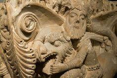 Santa Maria La Real de Aguilar del Campo .Capitel expuesto en el MAN ( Museo Arqueológico Nacional ) que representa a Sanson desquijarrando al león .le acompañan a la izquierda una sirena de doble cola, y a la derecha un personaje barbado que , sin ningún ex fuerzo, sujeta la cola del león.