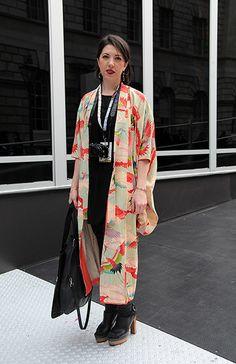 Pin by ななーくまた on 着物リメイク in 2020 Look Kimono, Kimono Outfit, Kimono Jacket, Kimono Fashion, Kimono Top, Kimono Style, Yukata, Modern Kimono, Kimono Fabric