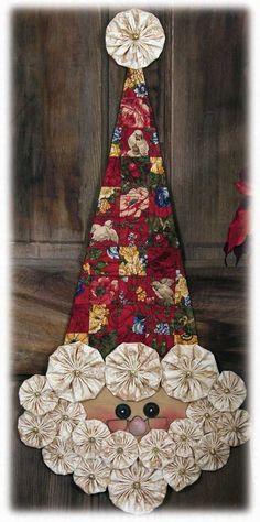 O Papai Noel ficou super charmoso com fuxicos e chapéu de chita.