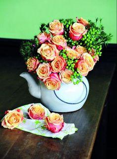 Ramo de rosas importadas, con dianthus cerrados y frutos de hypericum verde ($330, La Florería). Tetera de cerámica ($480, Paul Deco).