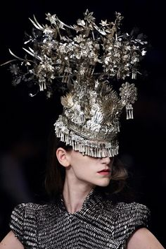 Philip Treacy for Alexander McQueen. Collection in honor of Isabella Blow -- the headdresses from the MIAO (south of China) are the model for this piece . Isabella Blow, Alexander Mcqueen, Foto Fashion, Fashion Art, Crazy Fashion, Fashion History, Ladies Fashion, Fashion Design, Sarah Jessica Parker