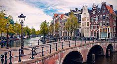 La mágica ciudad de Amsterdam combina sus extensos canales y numerosos puentes conuna original arquitectura de los siglos XVI y XVII, concentrados en una pequeña superficie que ab