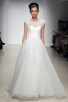 Christos. Vestido romántico de escote corazón y sobre cuerpo contransparencias bordado, y falda con volumen.