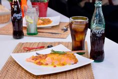 Disfruta de esta espectacular receta de salmón en salsa de azafrán y granada. ¡Qué mejor que acompañarlo con una #CocaCola! #SienteElSabor #ComparteCocaColaCon #Recetas #Consejos https://www.youtube.com/watch?v=mPQW_2OuV88&feature=youtu.be