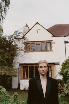 Elizabeth Debicki poses in the yard for and editorial series captured by fashion photographer Hans Neumann for Vogue Australia's December 2018 issue. Tom Hiddleston, Aacta Awards, Elizabeth Debicki, Vogue Australia, Mick Jagger, Hd Picture, Best Actress, Latest Pics, Basel
