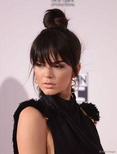 Kendall Jenner habille son bun haut d'une granfe longue et effilée