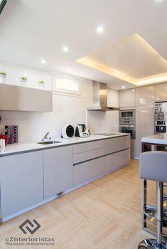 Diseño vivienda en Benalmádena : Cocinas de estilo moderno de C2INTERIORISTAS. https://www.homify.es/libros_de_ideas/24243/interiores-sorprendentes-en-una-villa-en-la-costa-del-sol