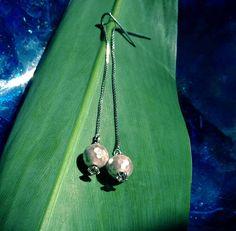 """'Estrela Cadente"""" - brincos longos com corrente de prata, pérolas facetadas e cristais.  R$75"""