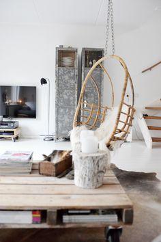 woonkamer -  Rotan hangstoel van Sissy boy. Met een wit schapenvacht een heerlijk plekje om te hangen met een goed boek!